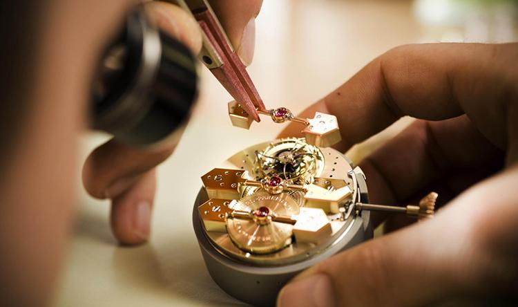 Lau dầu đồng hồ gồm những bước nào và địa chỉ uy tín